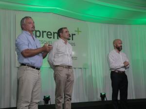 Hombres hablando en conferencia