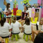 taller de musica campamento de verano con nativos británicos