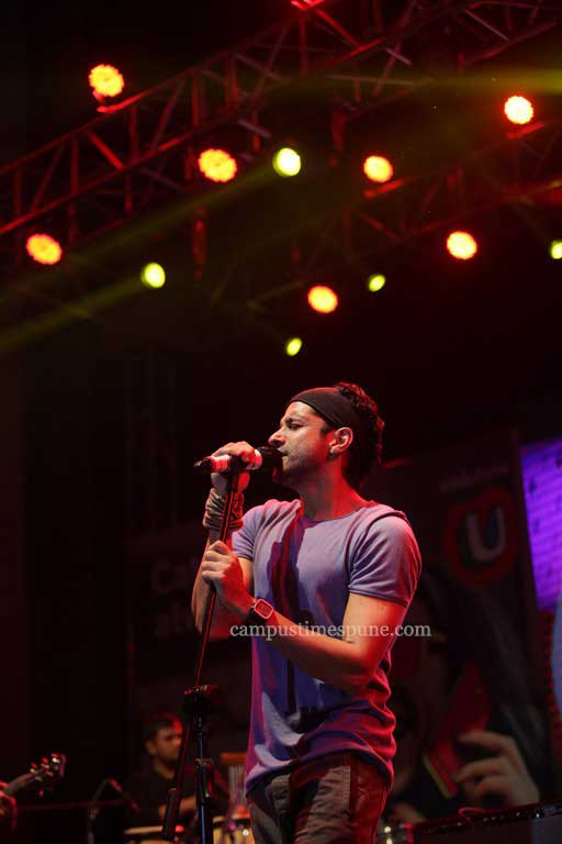 Farhan-Akhtar-performing-at-the-Vodafone-U-Rock-On-2-concert-in-Pune