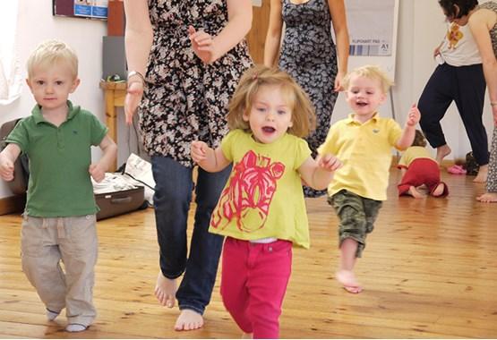 mother-child-infant-flash-mob-dancing-pune-campustimes
