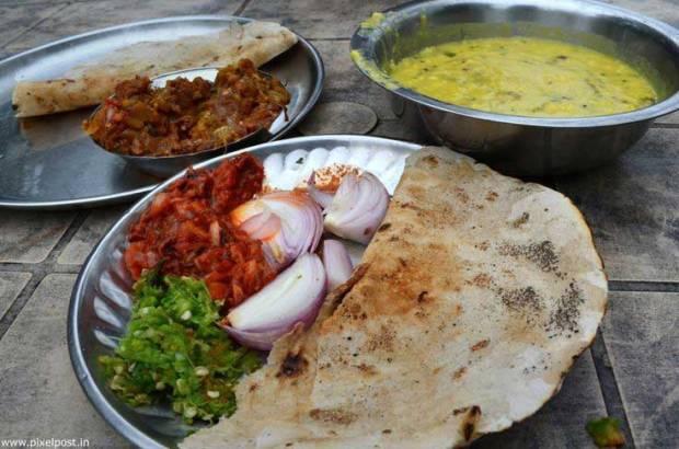 sinhagad-fort-eating-food-stalls-pithla-bhakri