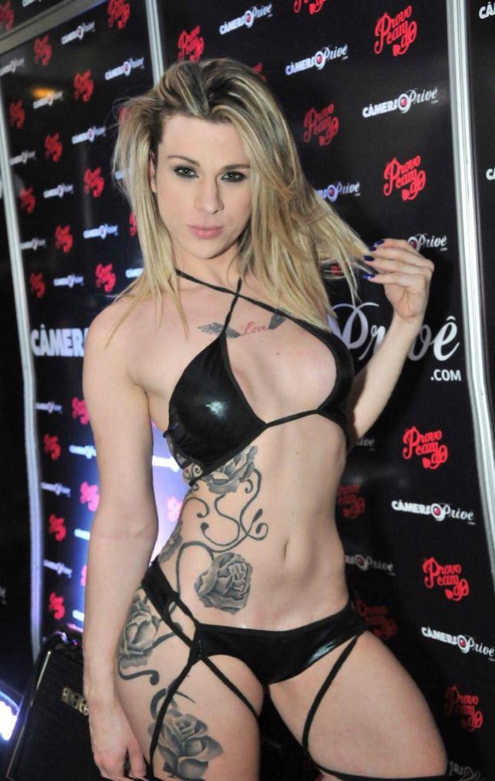 Transex tatuada safada se mostrando