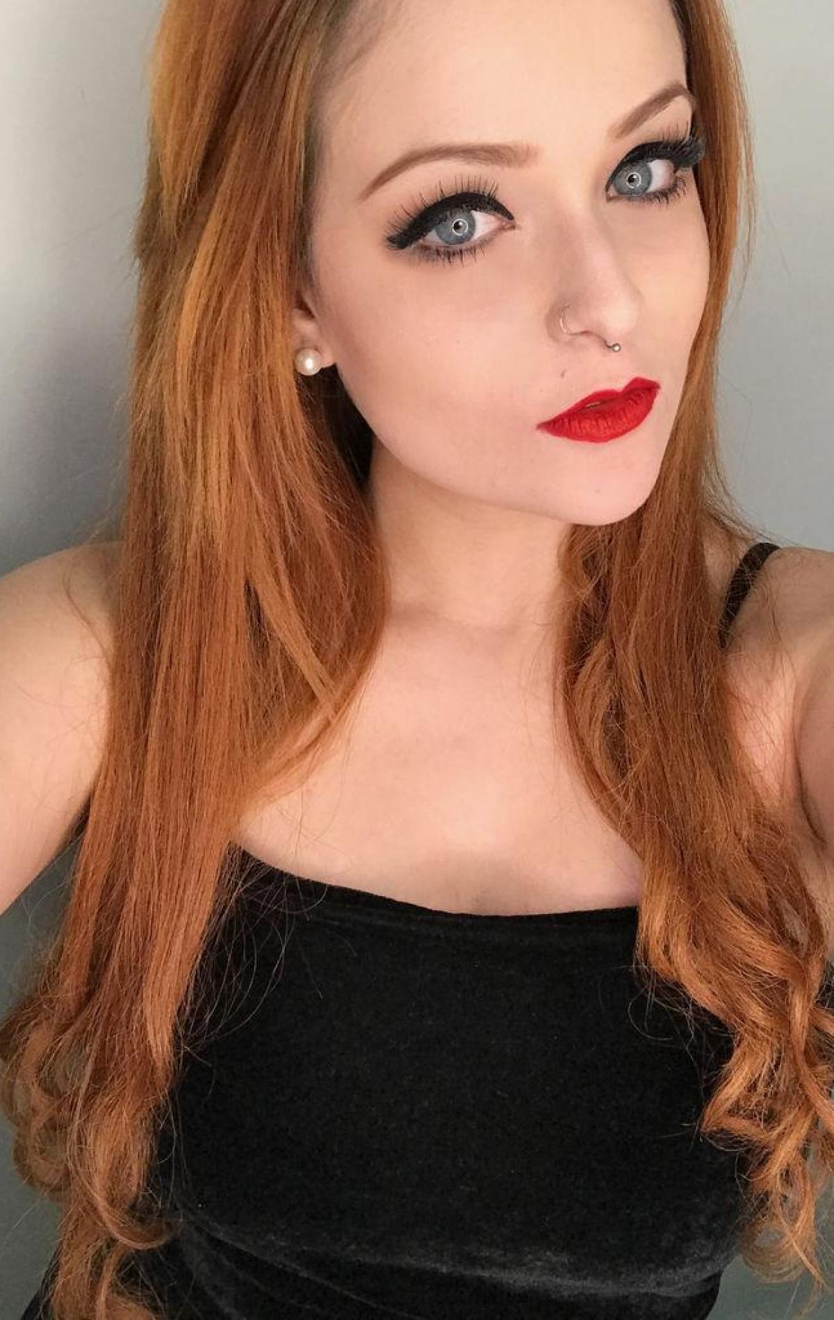 Camgirl RedHeadGirlx olhos azuis