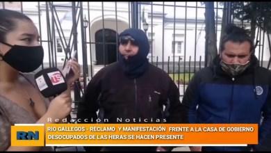 Photo of Redacción Noticias |  Reclamo y manifestación de trabajadores de Las Heras frente a la casa de gobierno de Santa Cruz