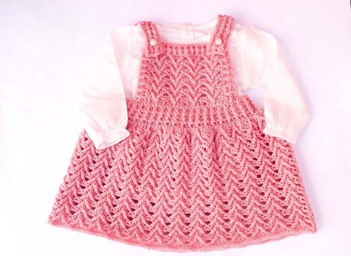 Falda con peto a crochet para niña
