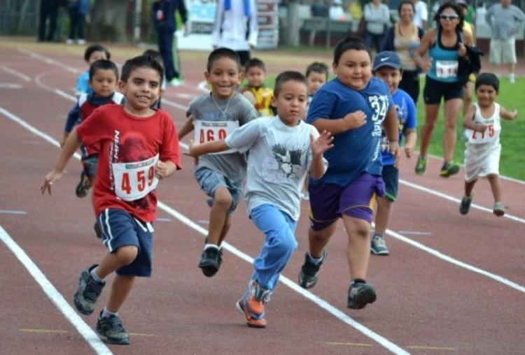 Niños practicando atletismo. Créditos de la foto: Internet