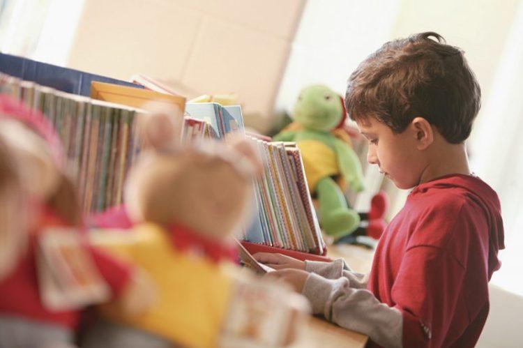 Un niño disfrutando su estante de libros. Créditos de la foto: Internet