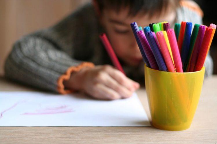 Un niño escribiendo con sus plumones. Créditos de la foto: Internet