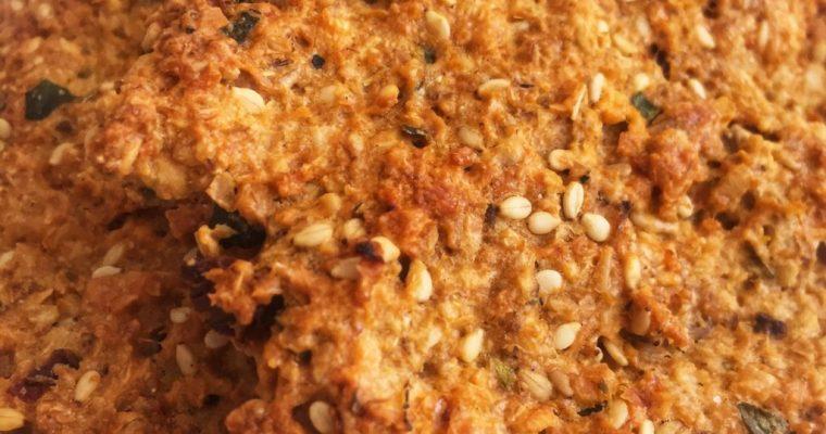 Galletas saladas de avena, queso manchego, tomates secos y albahaca