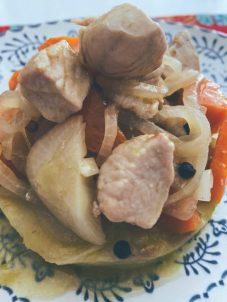 El pollo en ligero escabeche sobre cama de patata a la mantequilla de romero