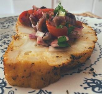 La coliflor asada entera en salsa italiana