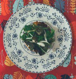 El brioche de pollo frito a la milanesa con cebolla ligeramente encurtida a la lima, con sus brotes verdes, jalapeños y mahonesa de chipotle