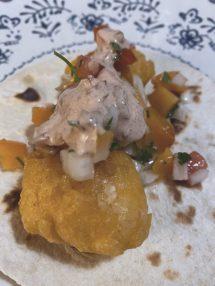 Los tacos de pescado con pico de gallo de albaricoque