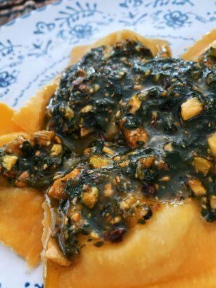 Los raviolis de maíz, mozzarella, albahaca y pesto de pistachos