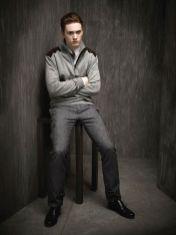 A calça cargo com corte slim e bolsos flat está em alta, sendo comum encontrar versões em alfaiataria.