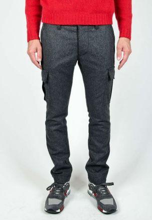 Se não fosse pelos bolsos esta calça passaria muito bem como sendo conjunto de um paletó. Quando a alfaiataria se rende a determinada roupa é porque sua aceitação está bem ampla!