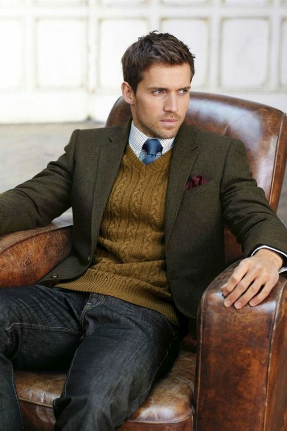 Se o cable knit vai bem com jeans e blazer, porque não unir os dois. O colarinho em V destaca a bela gravata.