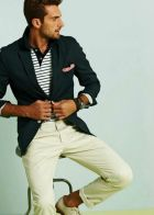 Calça clara, camisa com listras e blazer marinho, tudo navy, mas com muito bom gosto!