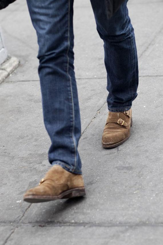 5ce901d8e A primeira diretriz masculina para o uso de jeans é que a barra não deixe o  final da perna da calça toda amontoada