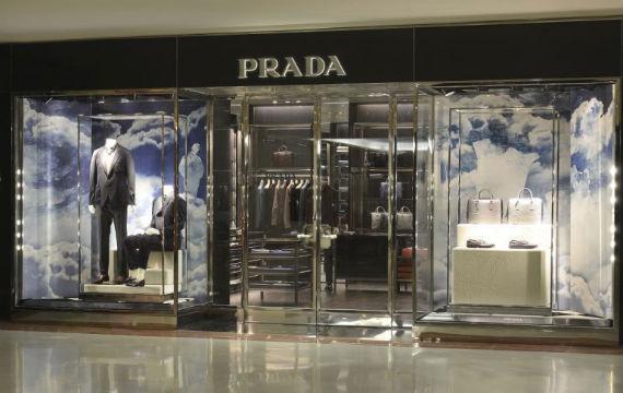 89b63ce237ac5 Uma boa notícia para os homens de São Paulo  a luxuosa grife Prada inaugurou  no dia 7 de novembro uma loja inteiramente dedicada a sua coleção masculina  de ...