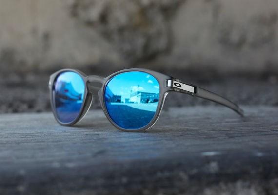 Óculos de sol Oakley LATCH armação cinza