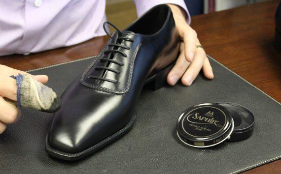 Vídeo: Como Engraxar Sapatos em 1 Minuto