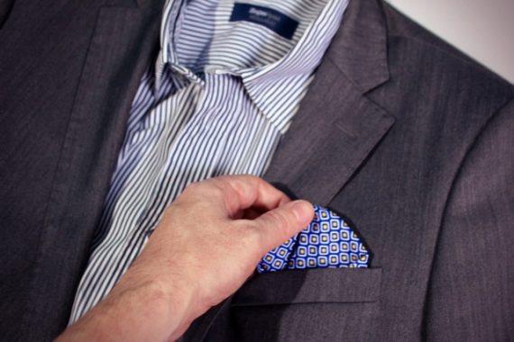 Combinação casual com blazer e camisa sando também lenço de bolso