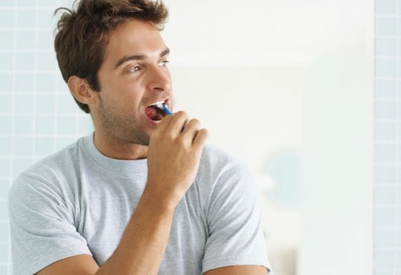 Cuidados de Grooming Para um Encontro Perfeito - escove os dentes
