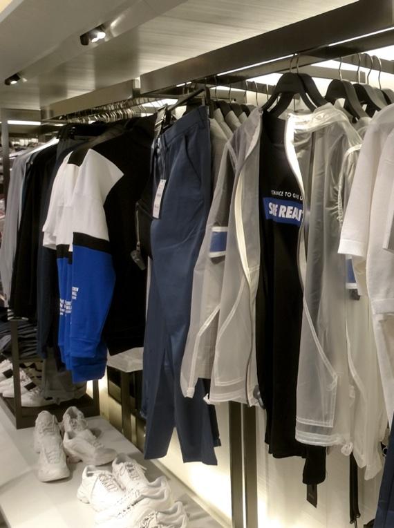 Roupas com influência do atual streetwear na Zara de SP