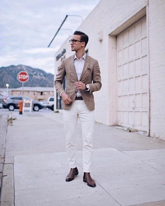 Sapato marrom combinando com blazer em tom cru e calça branca