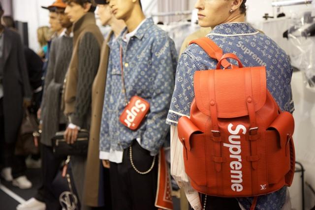 Bolsas e mochilas Supreme no desfile da Louis Vuitton