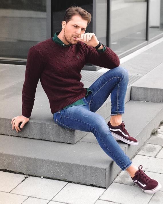 Tênis Vans vinho combinado com tricô da mesma cor