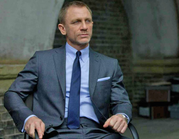 Camisa hidden button down usada por James Bond