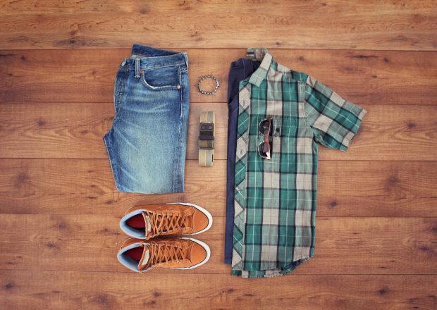 Look com camisa xadrez de mangas curtas e camisa marinho