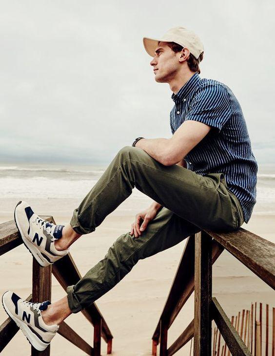 Calças verdes, camisa marinho com listrast brancas e boné creme - Como Usar Bonés em Looks Masculinos