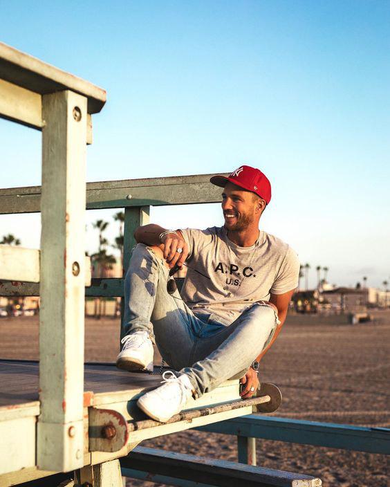 Jeans claro, camisa cinza mescla e boné vermelho - Como Usar Bonés em Looks Masculinos