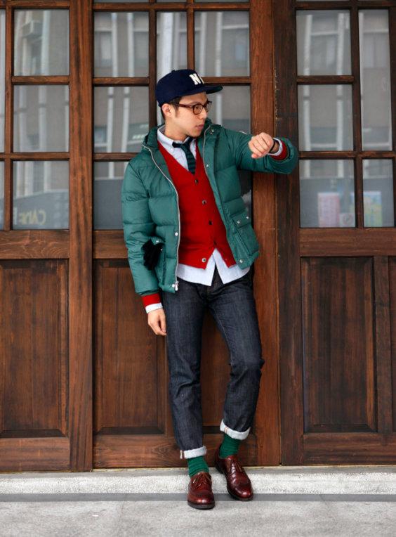 Jaqueta verde, cardigã vermelho, jeans escuros e boné marinho - Como Usar Bonés em Looks Masculinos