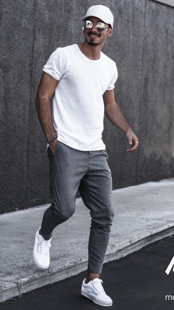 Camiseta branca, calças cinza médio, tênis brancos e boné branco - Como Usar Bonés em Looks Masculinos