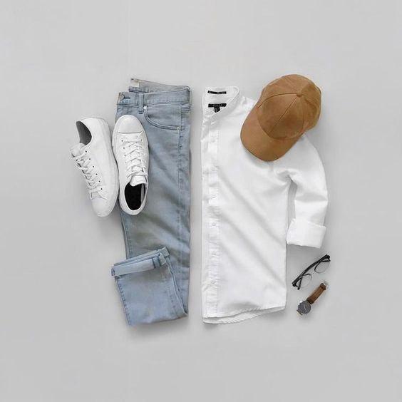Jeans claro, camisa branca, tênis brancos e boné caramelo - Como Usar Bonés em Looks Masculinos