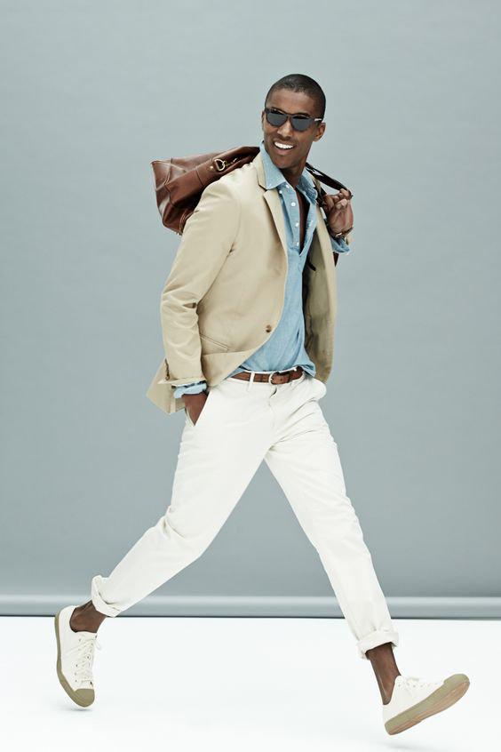 Look certo: blazer bege, camisa de linho azul claro, calças brancas de sarja e tênis brancos com sola de borracha bege alaranjado