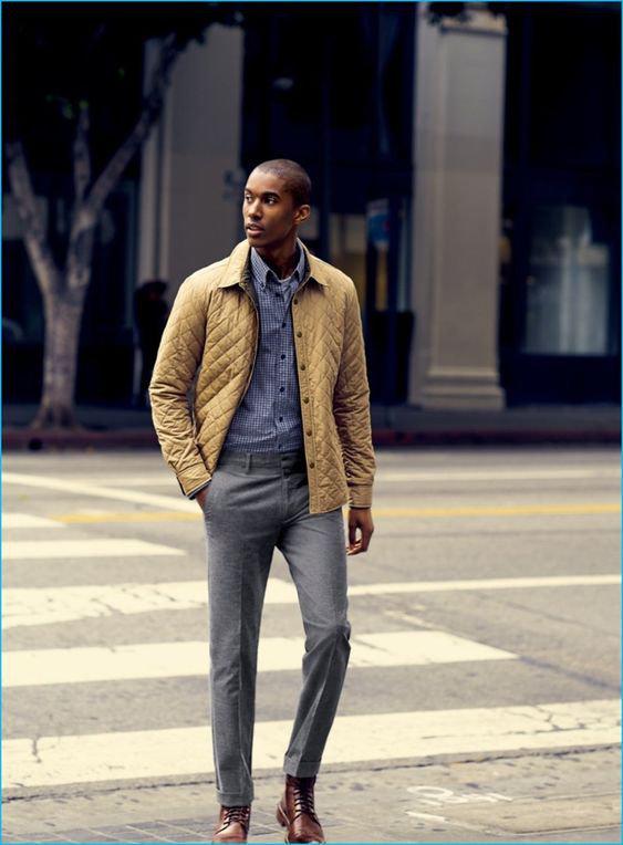 Calça de alfaiataria com caimento ajustado - calça cinza, jaqueta amarela de matelassê e camisa de chambrê azul