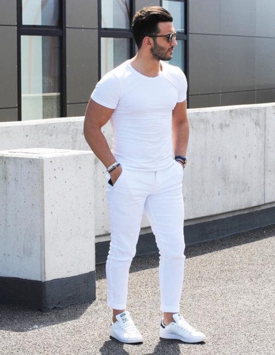 Looks Masculinos para o Réveillon - Camiseta, calça de sarja e tênis brancos