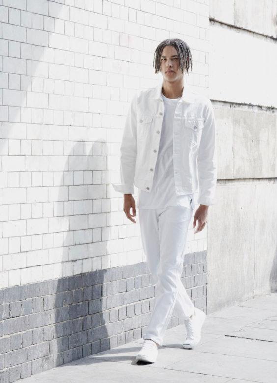 Looks Masculinos para o Réveillon - Camiseta, calça de algodão e jaqueta trucker branca