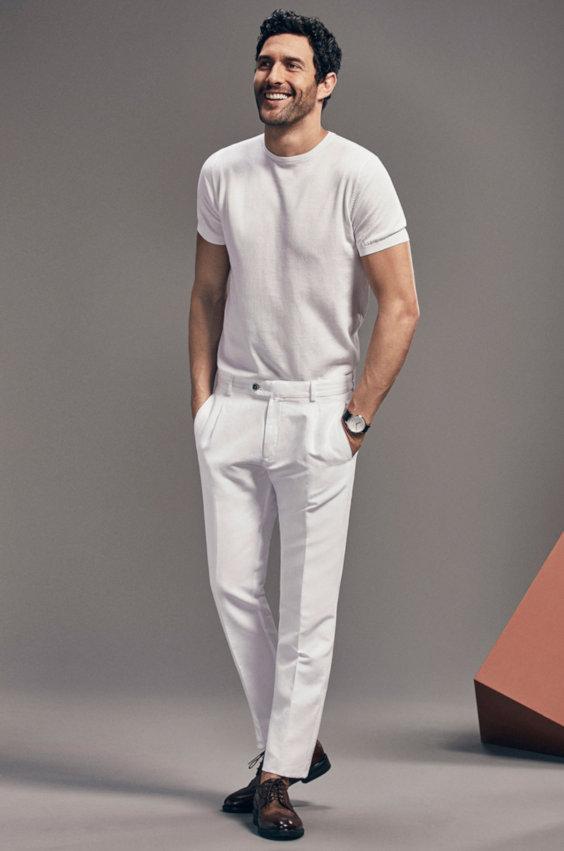 Looks Masculinos para o Réveillon - Calça de alfaiataria branca e camiseta básica