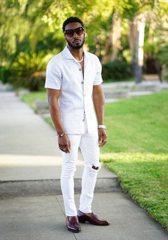 Looks Masculinos para o Réveillon - Camisa manga curta branca, calça branca e sapatos loafer vinhoe