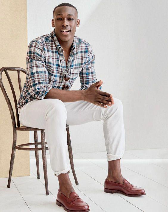 Looks Masculinos para o Réveillon - Camisa xadrez (marrom azul e branco) com calça branca e sapato marrom
