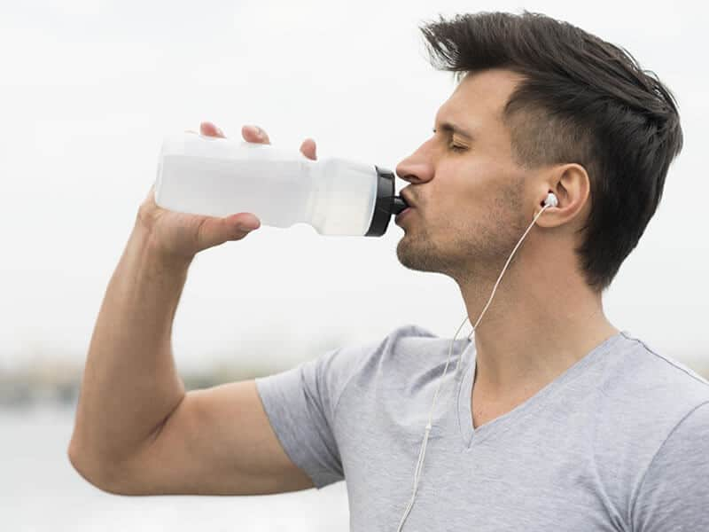 Bebendo Água para tratar calculo renal