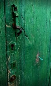 Cordón que tranca la puerta.