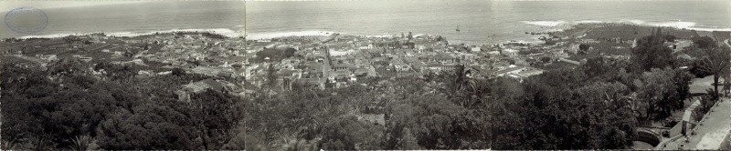 Imagen panorámica de Puerto de la cruz tomada desde lo alto del Taoro en la que se puede ver el Puerto de la Cruz de los años 30-40 desde el castillo de San Felipe, hasta el barranco de MArtiánez.