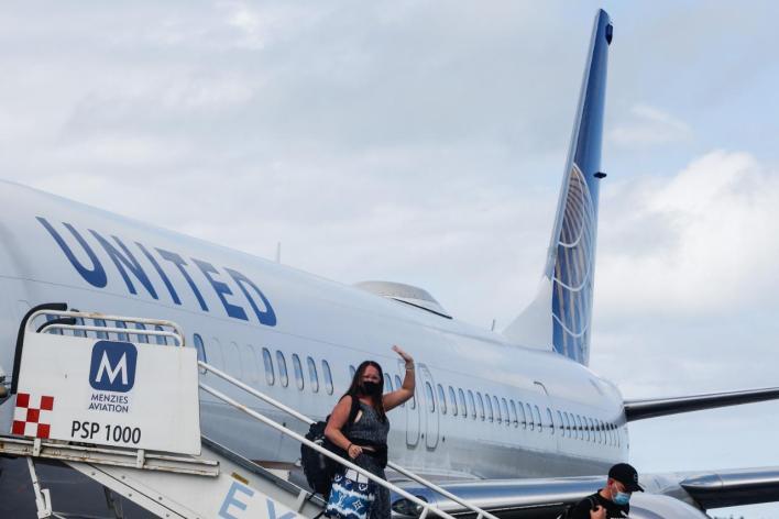 Turistas descenso avión
